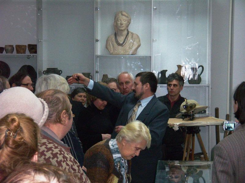 Екскурсія до Музею археології та етнографії Слобідської України. В центрі - директор музею В.В.Скирда.