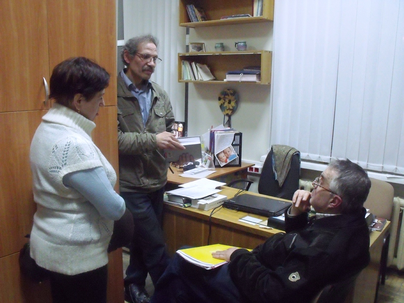 Обговорення питань. Голова клубу С.М.Куделко (сидить) і члени клубу Н.П.Тріпутіна та М.М.Красиков.
